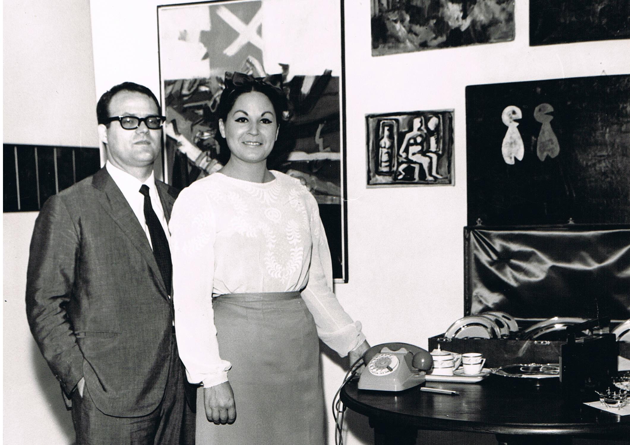 """Giugno 1966. Dopo pochi giorni dal loro matrimonio i coniugi Zecchillo espongono presso la loro abitazione di Via Washington 29 il quadro di Piero Manzoni """"Buone Azioni""""."""
