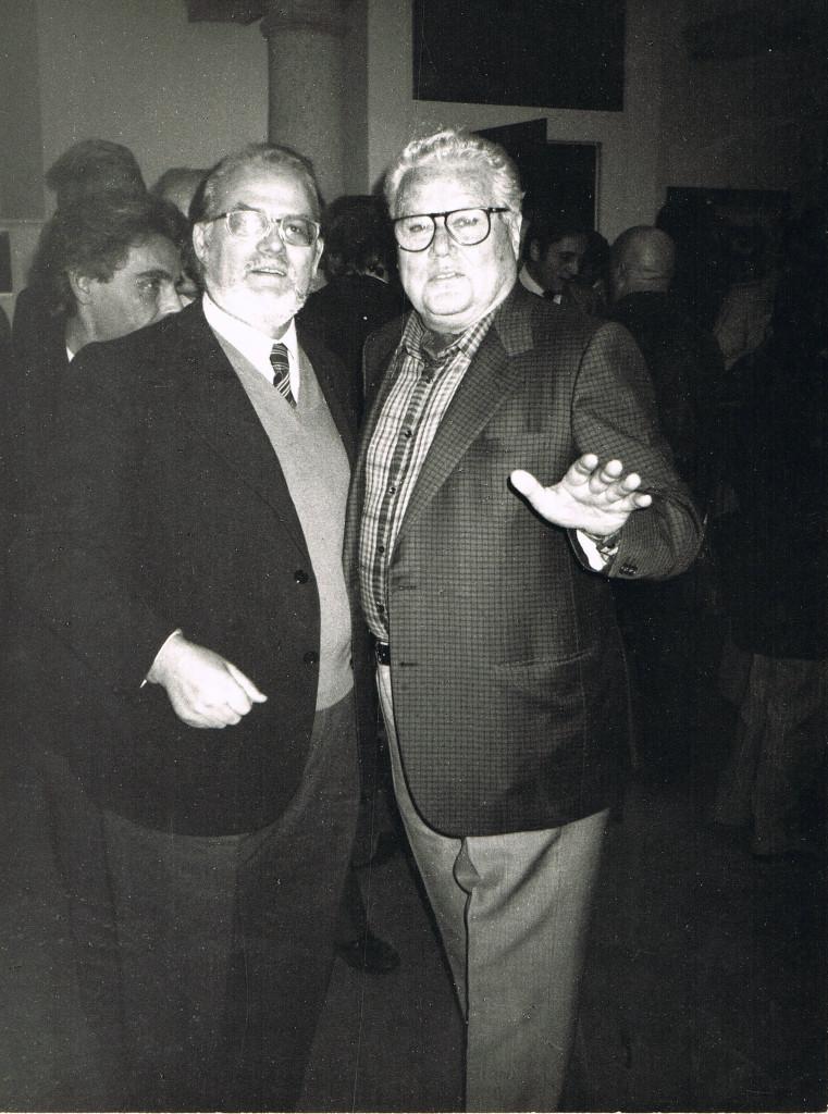 """Luciano Minguzzi consegna premio """"Città di Brera"""", Ottobre 1985"""