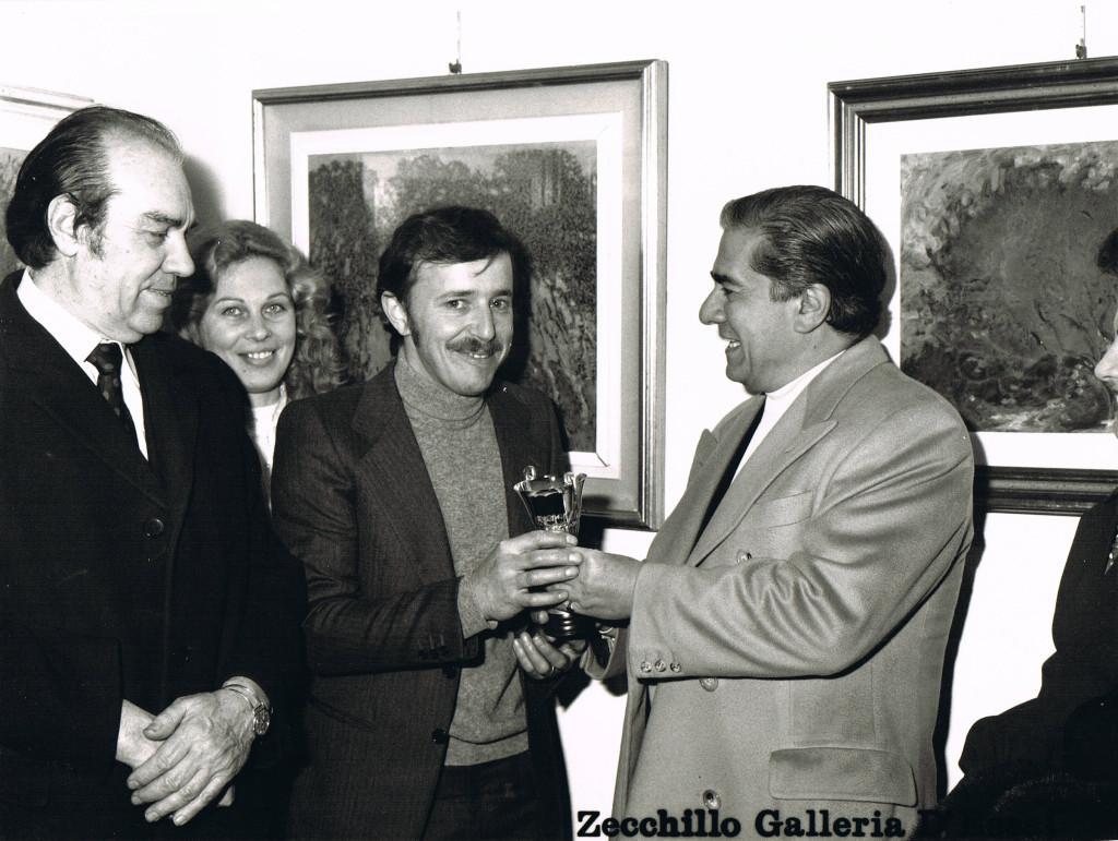 Il Tenore Giuseppe Di Stefano premia uno dei pittori in esposizione